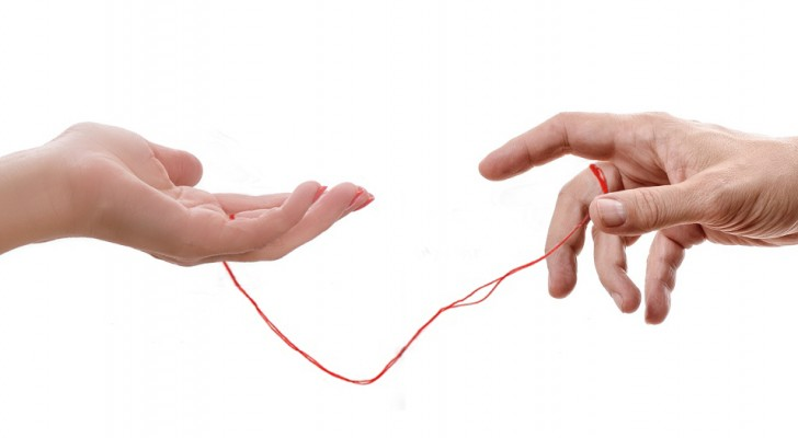 O fio vermelho do destino: a lenda que liga dois apaixonados destinados a estarem juntos