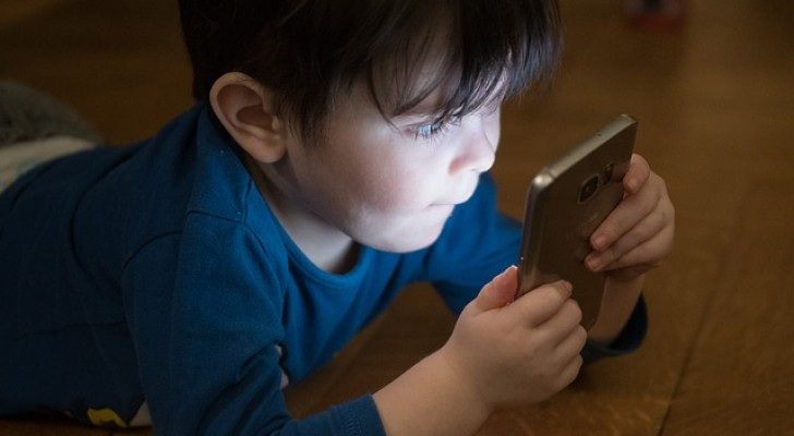 Kinder, die dem Bildschirm des Smartphones ausgesetzt sind, haben ein größeres Risiko, Sprachverzögerungen zu entwickeln.
