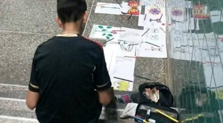 Un enfant vend ses dessins dans la rue après l'école pour aider sa mère handicapée.