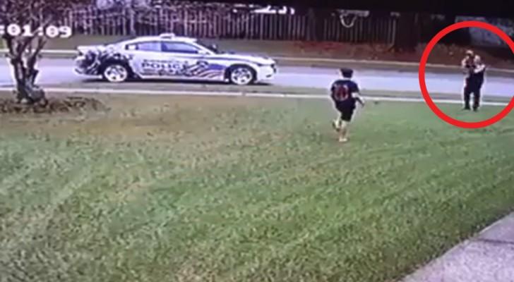 O policial para o carro quando vê um menino brincando sozinho no jardim: o seu gesto simples comove o bairro