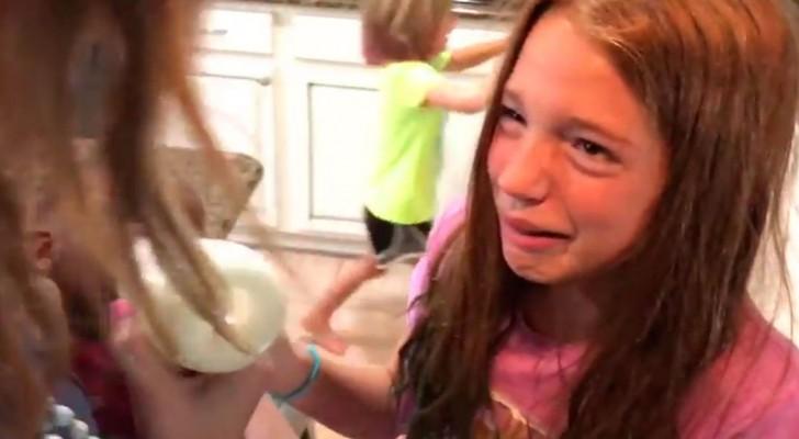 De moeder komt thuis met het geadopteerde meisje: de manier waarop de twee zussen reageren zal je hart verwarmen