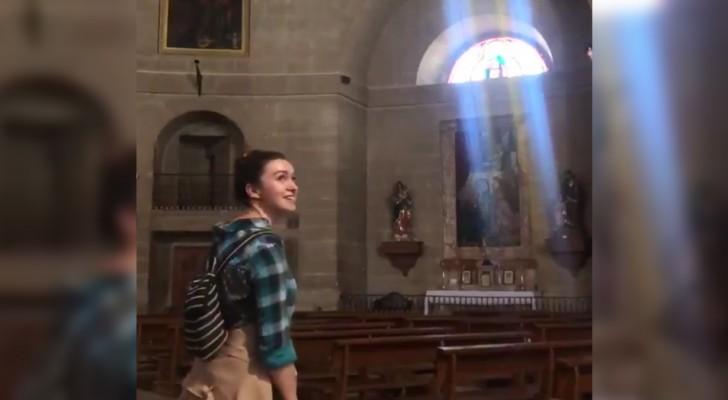 Una ragazza entra in una chiesa vuota: il risultato prodotto dall'eco vi farà venire i brividi