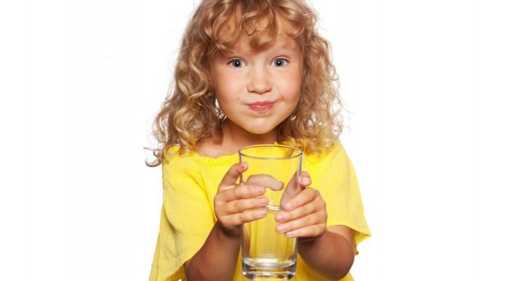 L'importanza di dare ai bambini gli oggetti fragili, secondo Maria Montessori