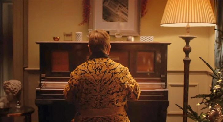 At 71, Elton John sits at the piano to return to that Christmas in which he received a very special gift