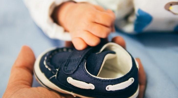 Een podoloog legt uit waarom kinderen die nog niet kunnen lopen geen schoenen moeten dragen