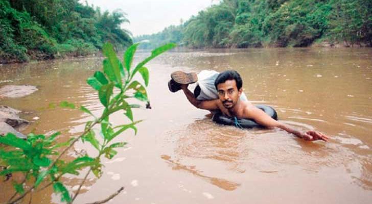 Todos os dias este professor atravessa o rio nadando para chegar até a escola