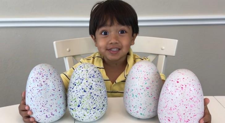 Questo bambino di 7 anni guadagna più di 20 milioni di dollari all'anno facendo video recensioni di giocattoli