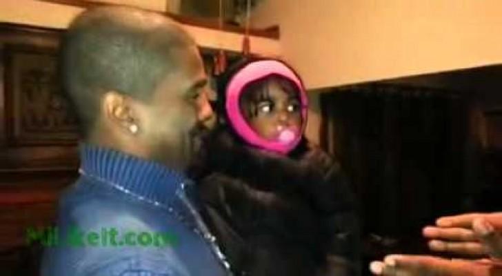 Una bebè confusa cuando ve el gemelo del papa