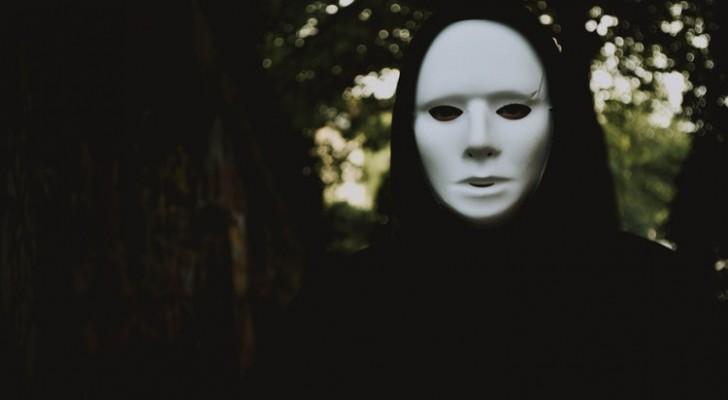 As pessoas cruéis, mais cedo ou mais tarde, perdem sempre a sua máscara de bondade