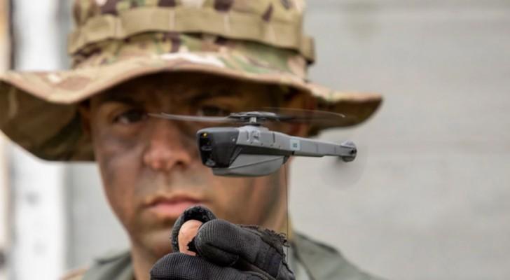 Taschendrohnen in der Handfläche: Ein Gerät, um die Soldaten während der Operationen zu schützen
