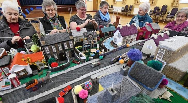 Queste signore hanno ricreato un modello del loro villaggio interamente all'uncinetto