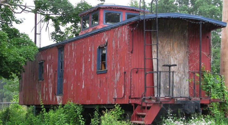 They turn an abandoned train car into a mini home so comfortable that you forget that you are inside a train