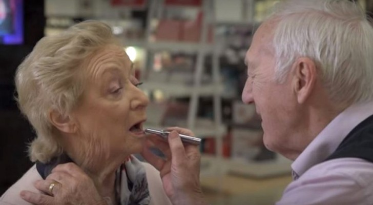 Kvinnan håller på att förlora synen så mannen lär sig att sminka henne vid 84 års ålder