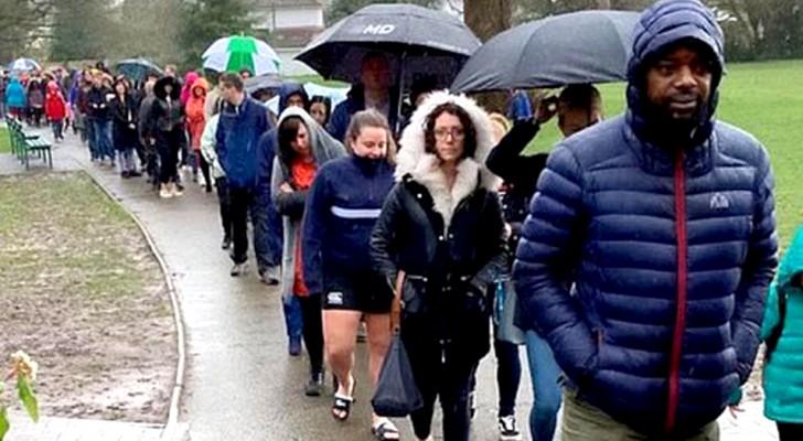 5000 personas hacen la fila por horas bajo la lluvia para probar de salvar a un niño de 5 años que tiene necesidad de un trasplante
