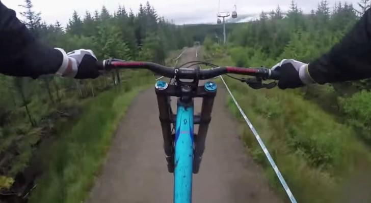 La spettacolare downhill giù per le montagne della Scozia tra adrenalina e follia pura