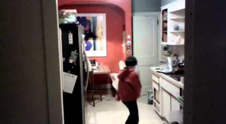 Ce papa qui filme son fils pendant qu'il lave la vaisselle ne s'attendait pas à cette performance