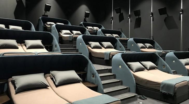 Questo cinema ha sostituito le poltrone con divani e letti matrimoniali... un sogno che diventa realtà!