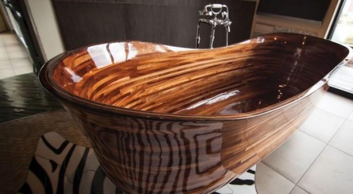 Een vakman creëert prachtige badkuipen met behulp van scheepstechnologie