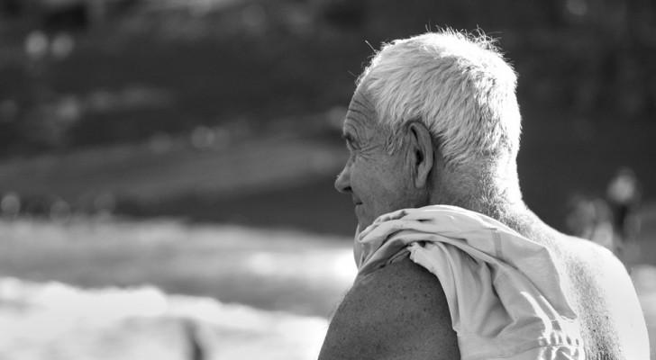Een 18-jarige beledigt een 81-jarige man op het strand, maar hij geeft hem een les die hij niet zal vergeten