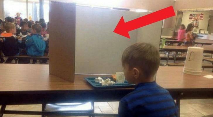 Eine Mutter geht zur Schule, um ihren Sohn abzuholen, entdeckt aber, dass die Lehrer ihn aus einem lächerlichen Grund vor allen anderen erniedrigen