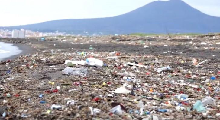 Un fiume di plastica: le sconvolgenti immagini del Sarno completamente invaso dai rifiuti