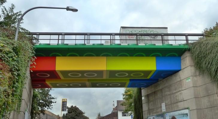 Een kunstenaar heeft een anonieme brug getransformeerd in een gigantische constructie gemaakt van LEGO