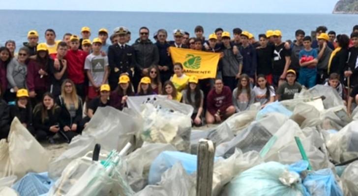 Calabria: gli studenti delle medie impiegano la gita scolastica ripulendo 13 km di spiaggia dai rifiuti
