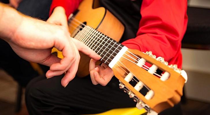 Tablet? No, grazie. Per stimolare l'intelligenza dei nostri figli, meglio una chitarra!