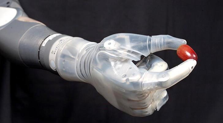 Questo braccio robotico ispirato a Star Wars permette agli amputati di recuperare il senso del tatto