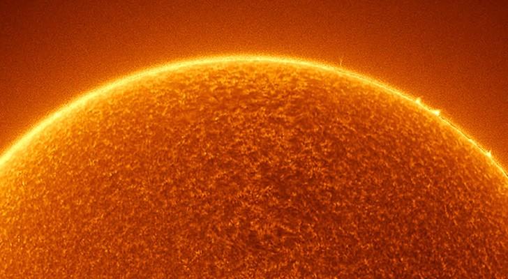 La Stazione Spaziale Internazionale catturata di fronte ad un mastodontico Sole: lo scatto è da togliere il fiato