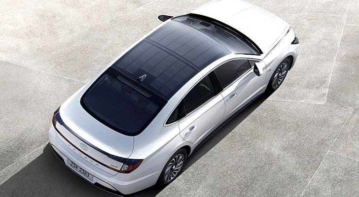 Questa nuova Hyundai ibrida si ricarica fino al 60% grazie al suo tetto di pannelli solari