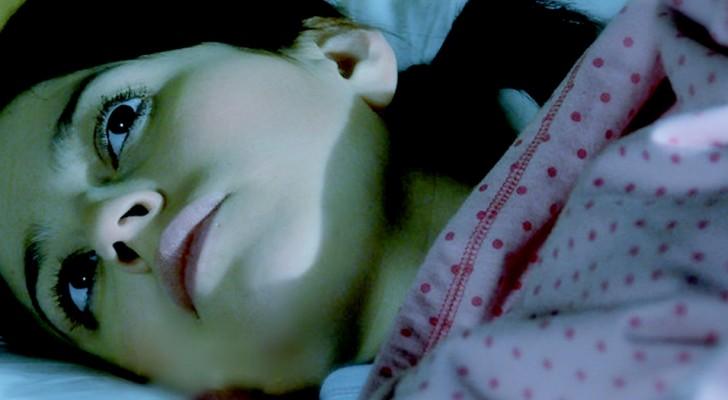 Cos'è la paralisi del sonno, quella condizione in cui ci sembra di essere svegli in un incubo