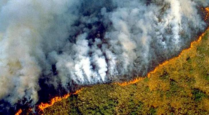 L'Amazzonia è in fiamme e il fumo causato dagli incendi è visibile addirittura dallo spazio
