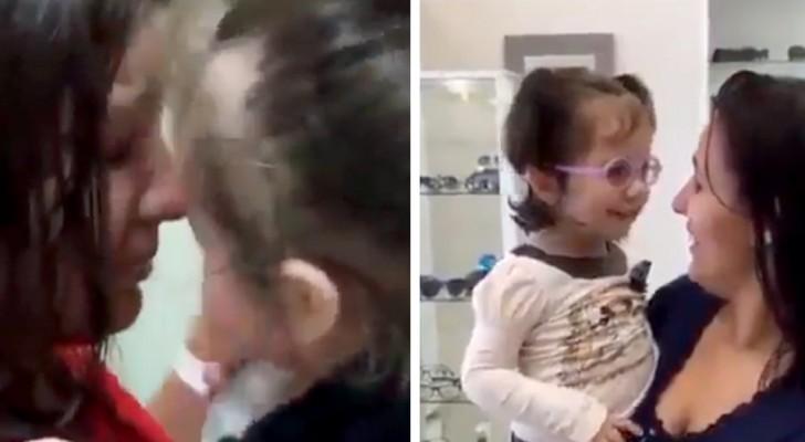 Ela era cega, mas depois de uma operação esta menina consegue finalmente ver o rosto da mãe pela primeira vez