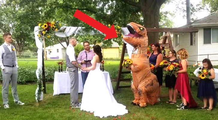 Cette demoiselle d'honneur s'est présentée au mariage de sa sœur déguisée en T-Rex