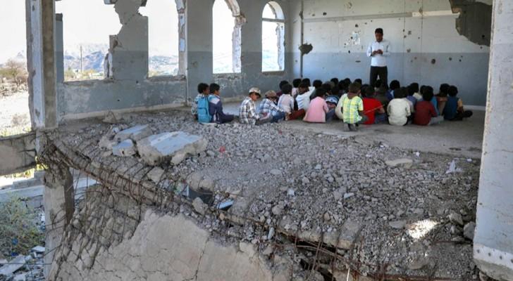 Eerste schooldag in Jemen: de foto laat ons zien wat het betekent om een kind te zijn in een oorlogsland