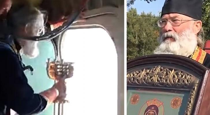 Un prêtre verse 70 litres d'eau bénite depuis un avion pour combattre les mauvaises coutumes de la ville