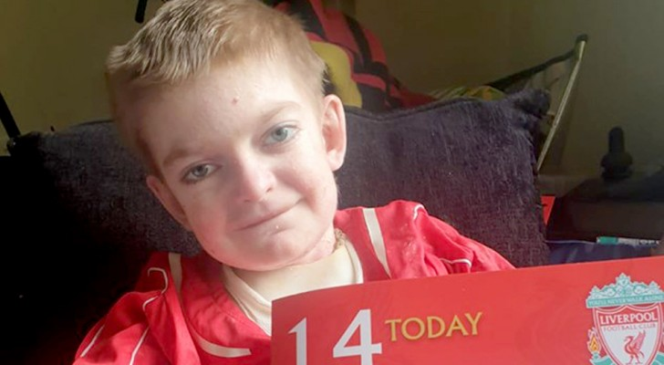 Bloqué par une maladie dégénérative, ce garçon de 13 ans reçoit 18 000 cartes de vœux chez lui