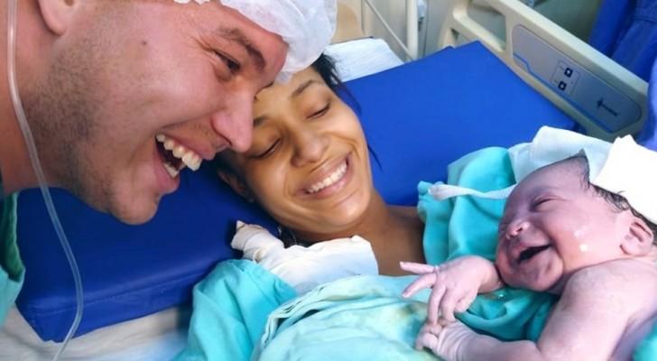 Le bébé entend pour la première fois la voix de son papa et lui adresse un sourire plein d'amour