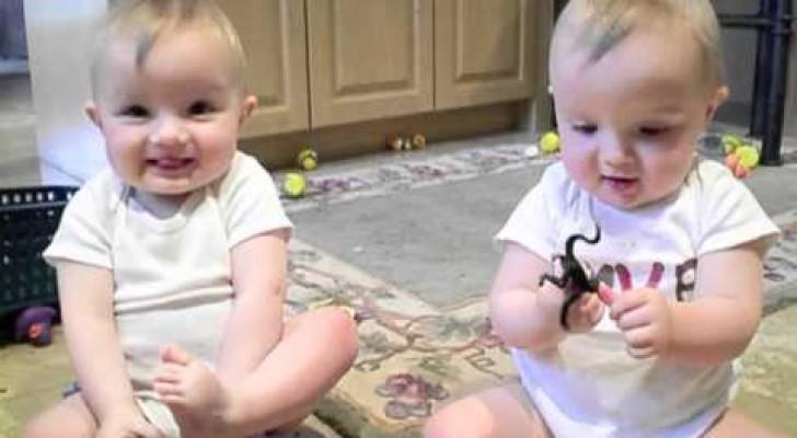 Non potrete resistere ai gemelli che imitano lo starnuto del padre
