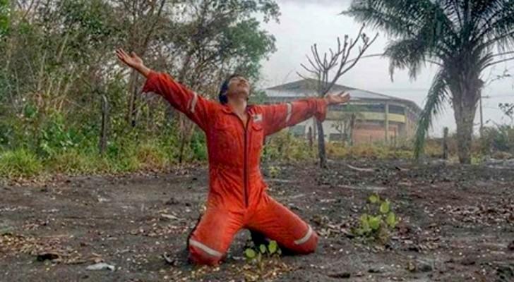 Enfin, il pleut en Amazonie : les pompiers volontaires s'agenouillent et dansent de joie