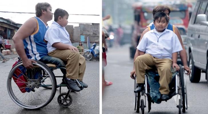 Questo coraggioso papà con disabilità accompagna ogni giorno in carrozzina suo figlio a scuola