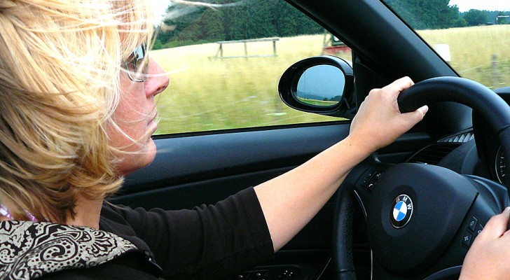 Les femmes conduisent plus prudemment que les hommes et causent moins d'accidents : la recherche le confirme