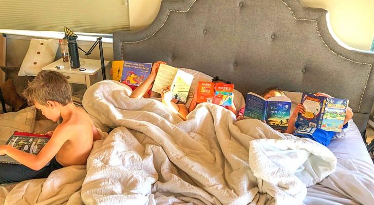 Proibisce ai figli di usare tablet e tv: dopo 7 mesi i libri diventano il loro passatempo preferito
