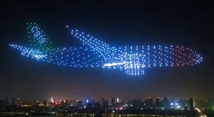 China: 800 Drohnen schließen sich in einer spektakulären Choreographie zu riesigen Flugzeugen zusammen