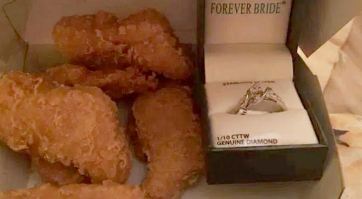 Hij koopt een verlovingsring, verstopt hem in een doosje McNuggets en doet een aanzoek