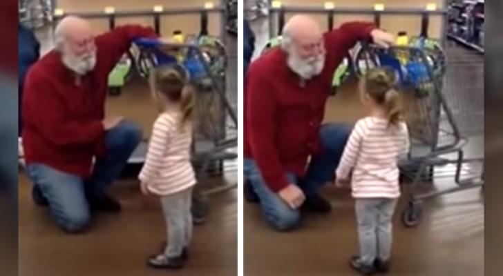 Dit meisje ziet een man met een witte baard in de supermarkt en ziet hem voor de kerstman aan