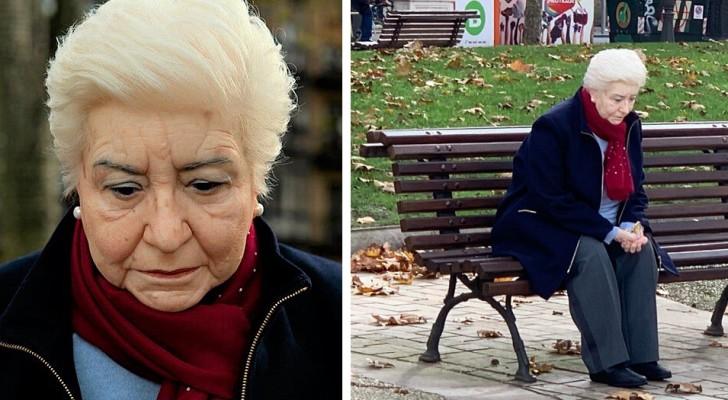 Diese hyperrealistische Skulptur repräsentiert perfekt die Einsamkeit, in der viele ältere Menschen leben