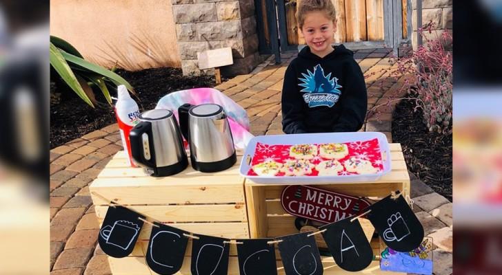 Questa bimba di 5 anni vende cioccolata calda e biscotti per saldare i debiti della mensa ai suoi compagni