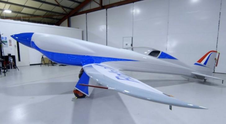 Rolls Royce presenta il suo nuovo aereo totalmente elettrico: con esso vuole stabilire il nuovo record di velocità